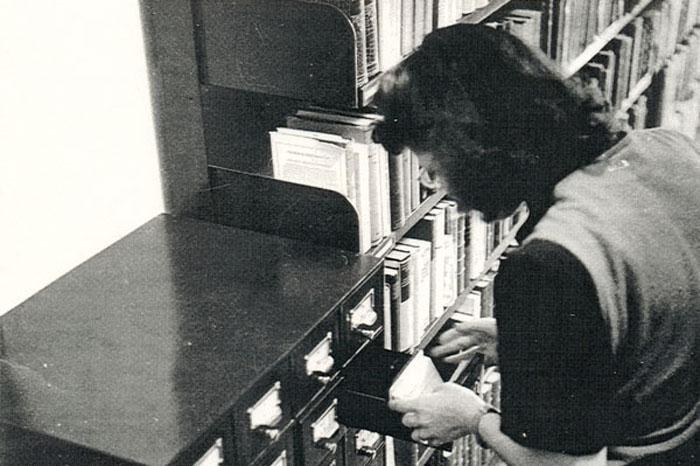 Bibliotecária trabalhando na biblioteca da FEA em 1952