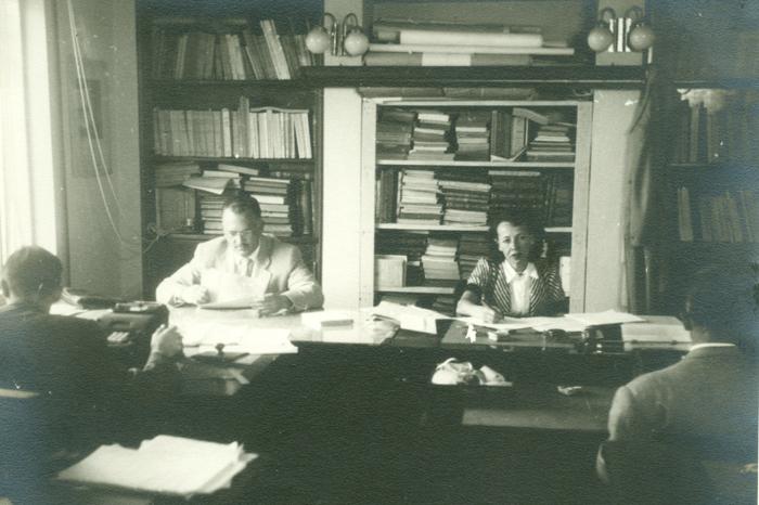 1952 - Instituto de Administração - sala do Setor de Pesquisas Sociais com pessoas trabalhando