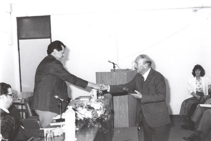 1989 - Cerimônia de Professores Eméritos_Prof. Roberto Macedo cumprimenta Prof. Antonio Peres Rodrigues Fº