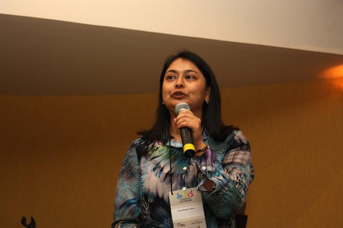 Professora Kavita Hamza discursa