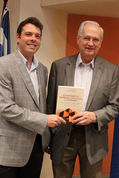 Professores Fernando Filardi e Adalberto Fischmann com o livro Estratégias de Empresas para a Base da Pirâmide