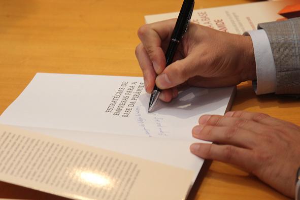 Professor autografando o livro
