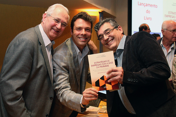Professores Fernando Filardi e Adalberto Fischman com leitor