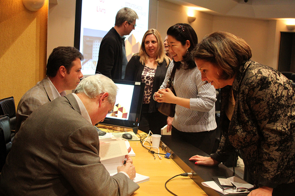 Professores Fernando Filardi e Adalberto Fischman dando autógrafo a leitores