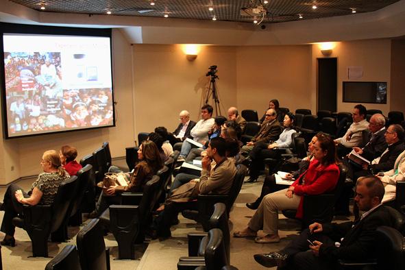 Público assitindo a palestra de lançamento do livro Professores Fernando Filardi e Adalberto Fischmann