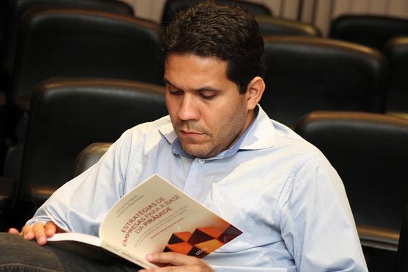 Leitor apreciando o livro Estratégias de Empresas para a Base da Pirâmide