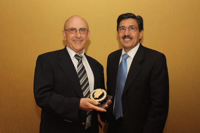 2010 - Entrega da Medalha FEAUSP ao Prof. Werner Baer (esq.)