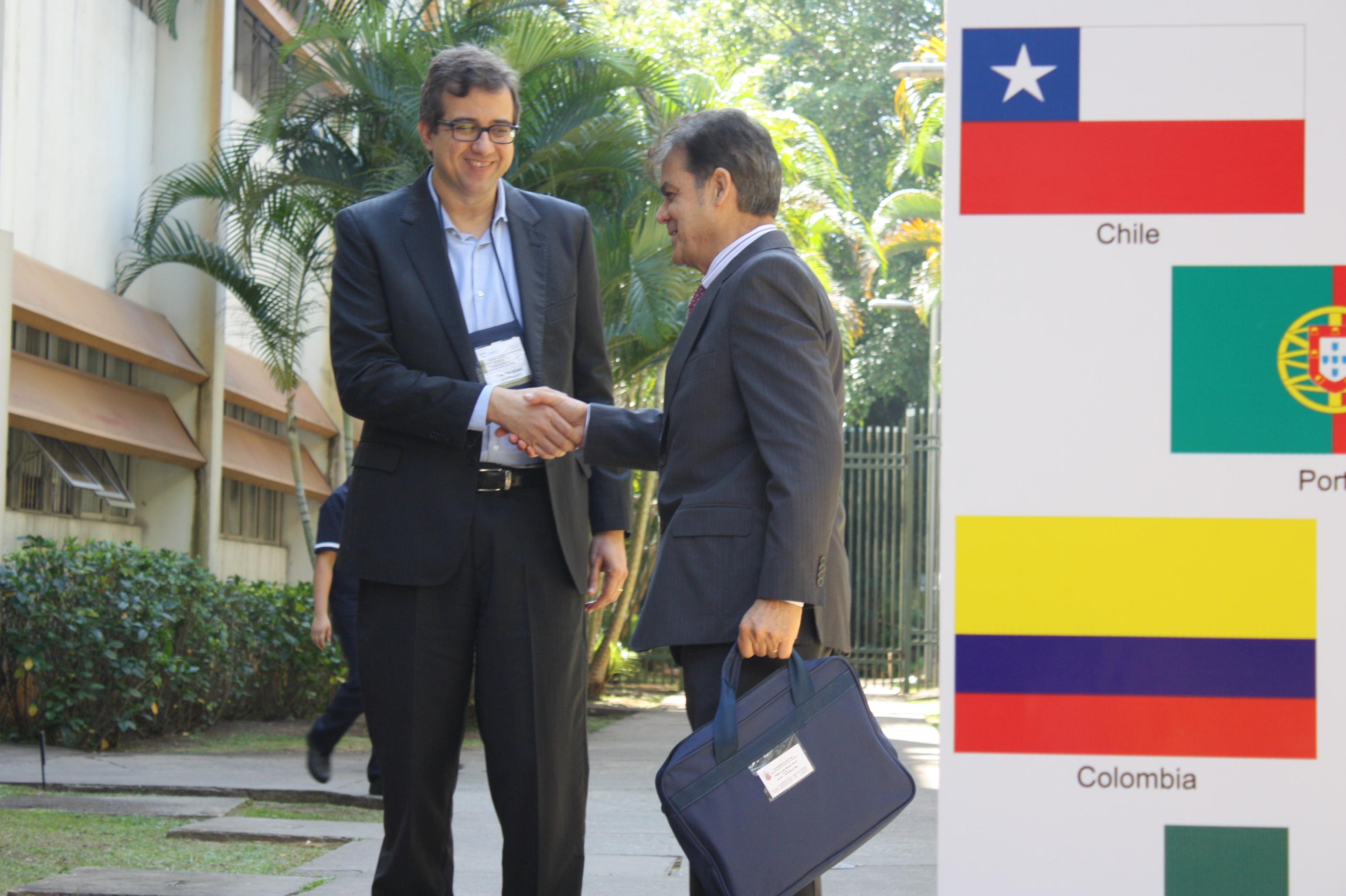 Edson Luiz Riccio cumprimento participante do Congresso