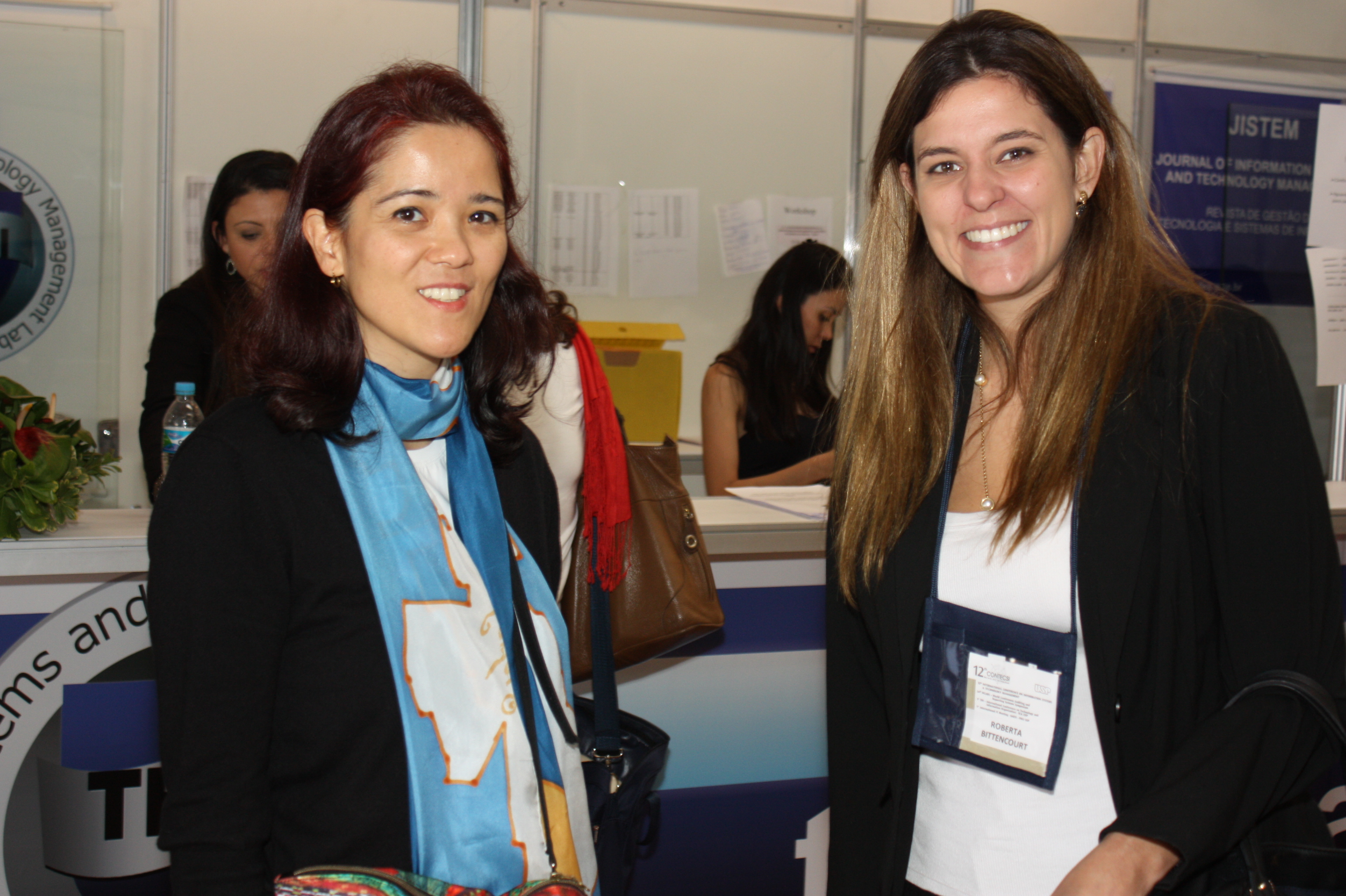 Marici Sakata recebe colega na entrada do evento