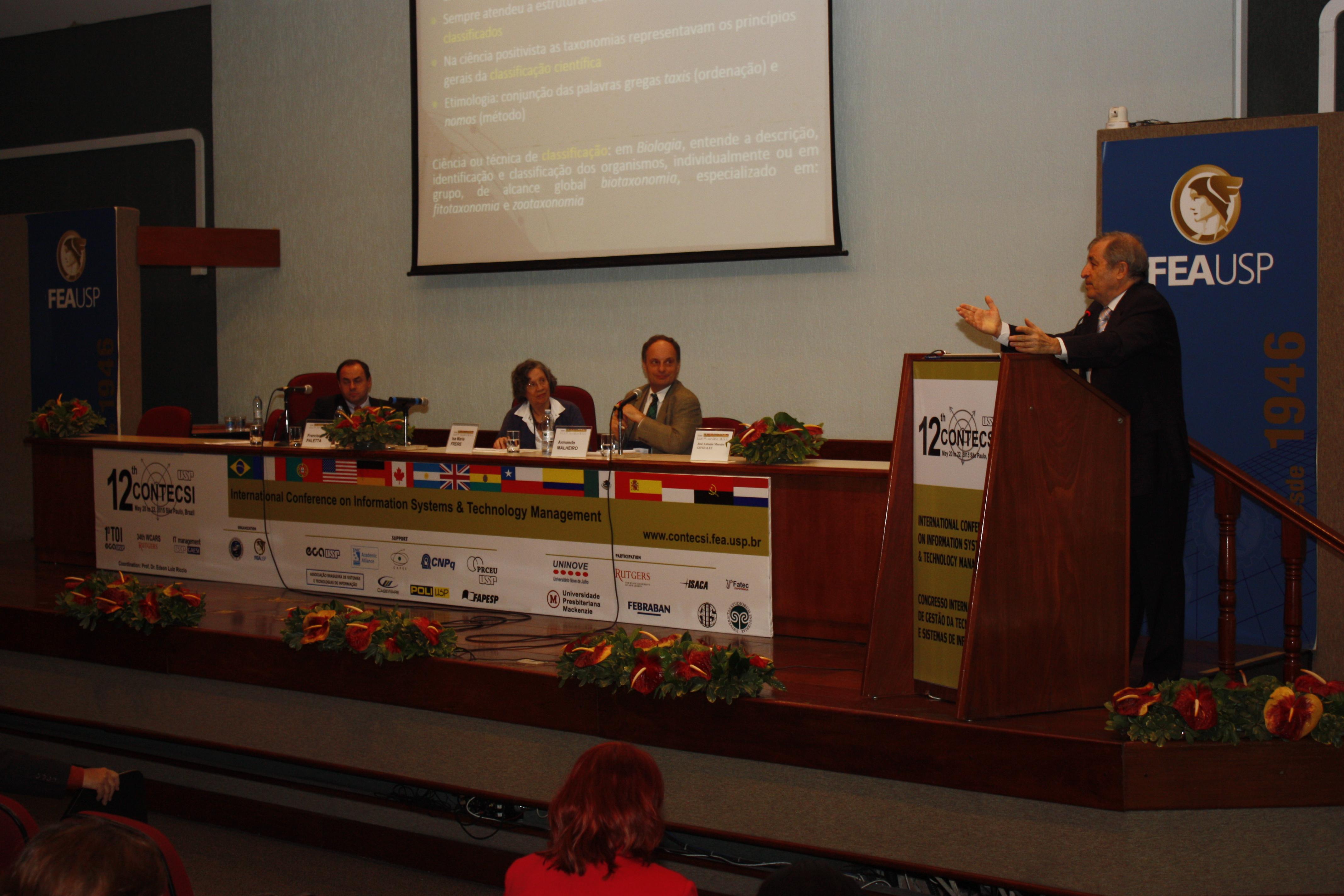 Vista da mesa de discussões do Auditório FEA-5 no 12º CONTECSI
