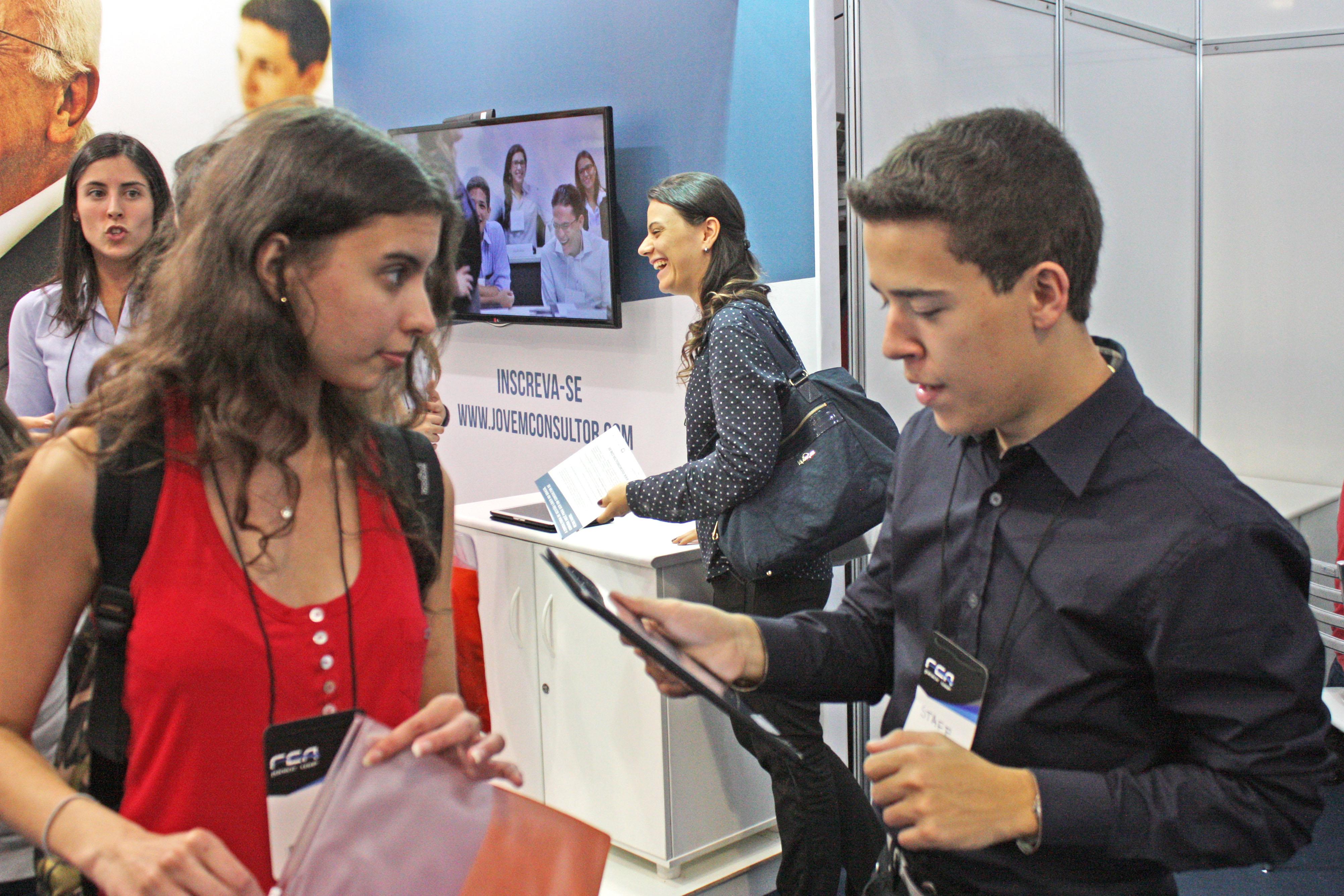 aluna no stand recebendo orientação