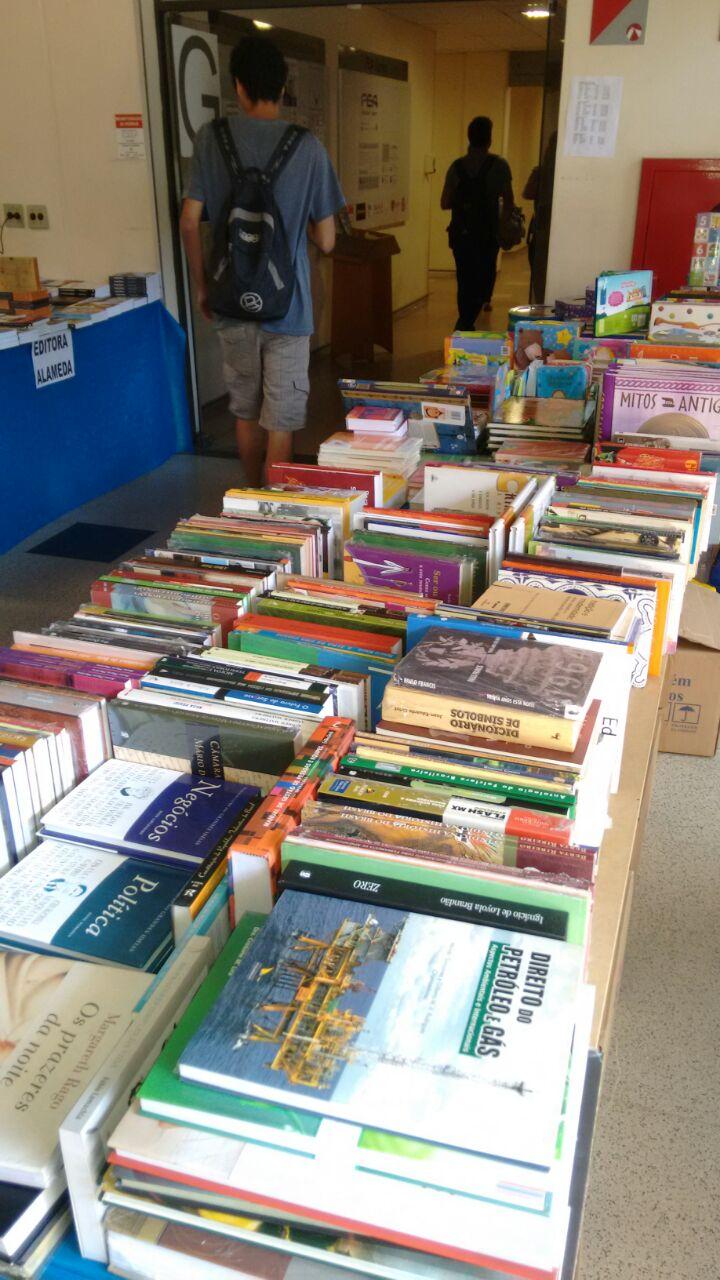 Balcão de livros na Feira de Livros da FEA 2015