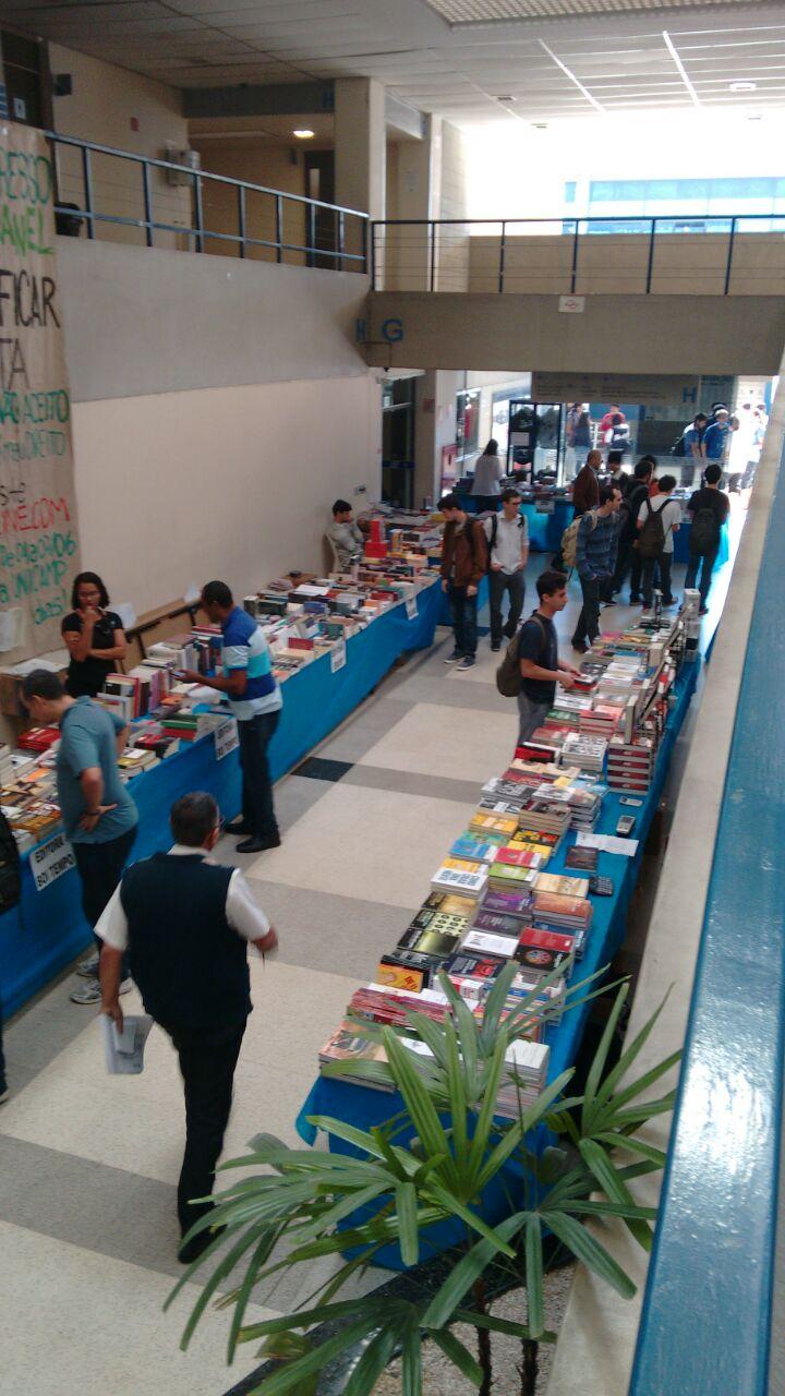 Stands de livros na Feira de Livros da FEA 2015