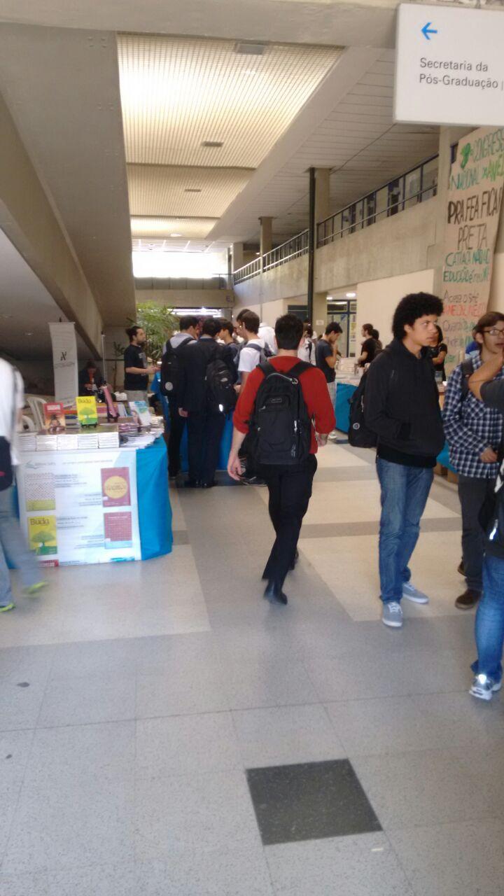 Pessoas vendo os  livros na Feira de Livros da FEA 2015