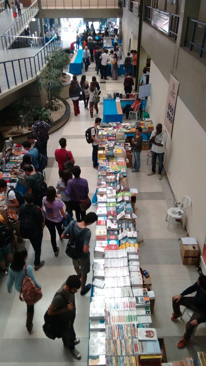 Stands de livros na Feira de Livros da FEA 2015 - vistos de cima