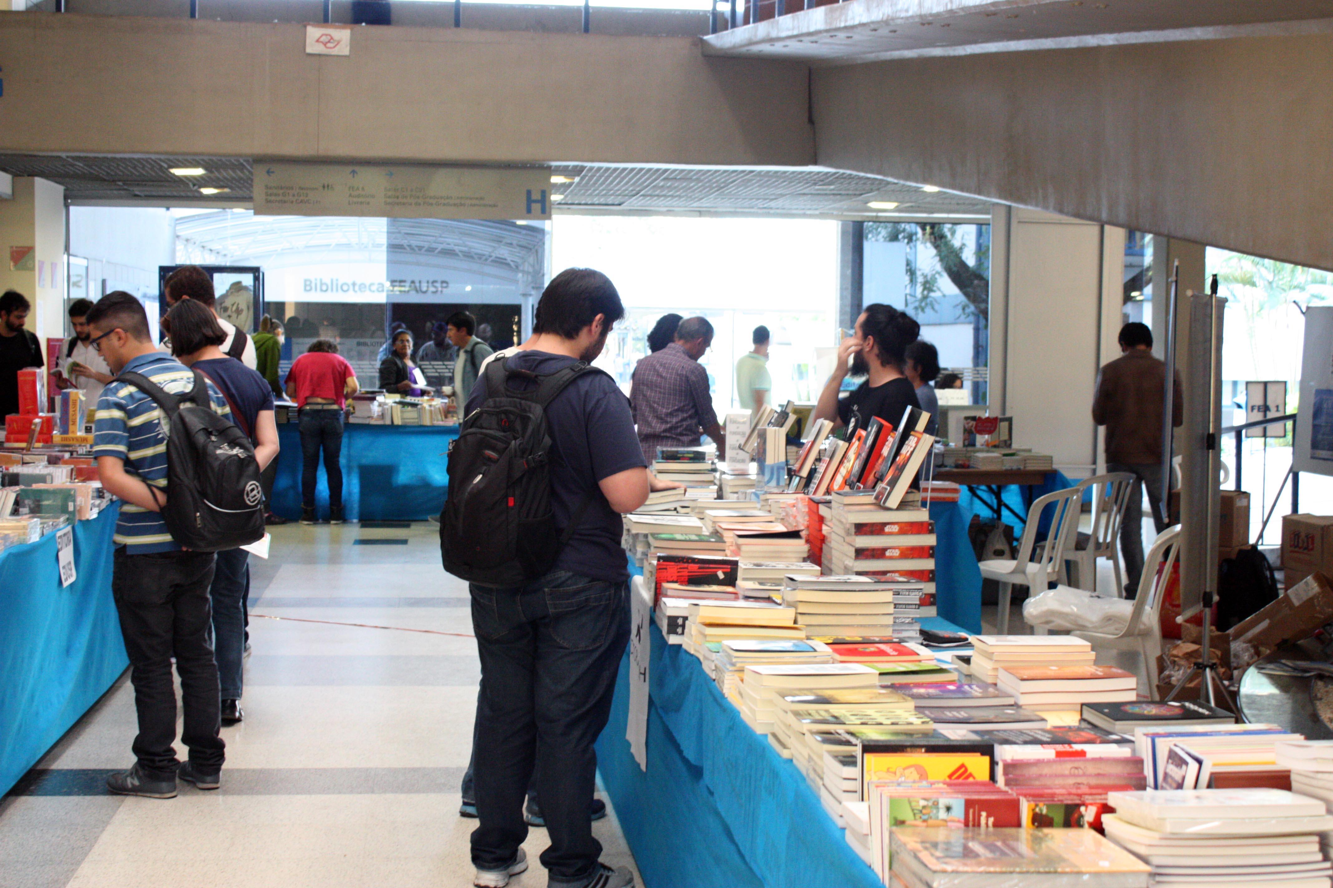 Pessoas vendo os  livros nos stands da Feira de Livros da FEA 2015