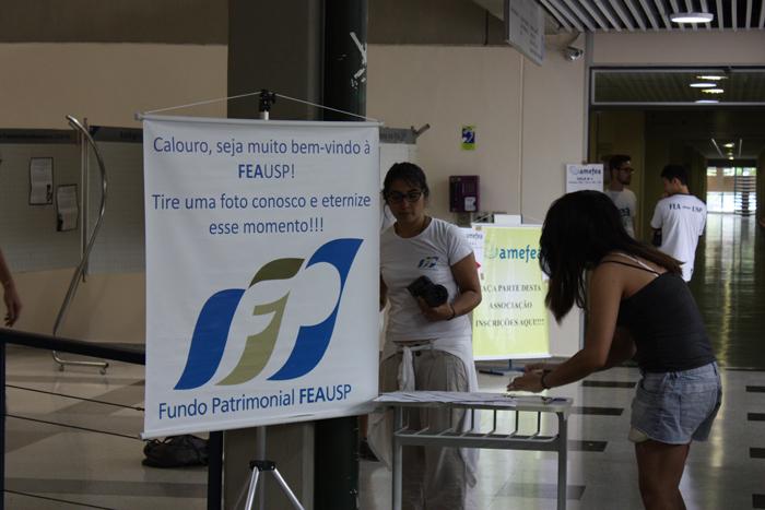 Calouros são recebidos para matrícula na FEA
