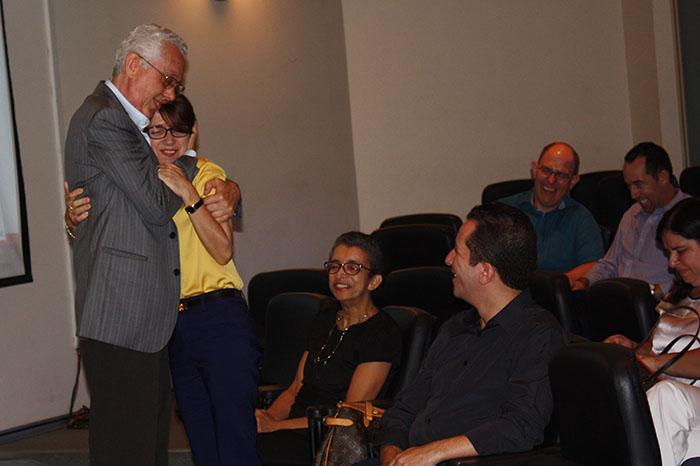 Professor Eliseu Martins abraça orientanda