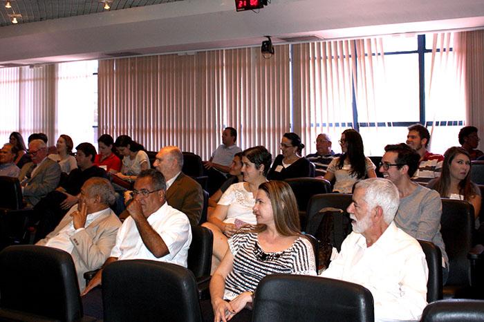 Platéia assistindo a homenagem ao Prof. Eliseu Martins