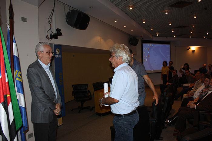 Professor Eliseu Martins sendo homenageado