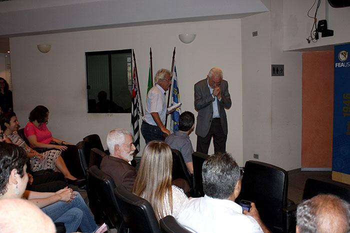 Professor Eliseu Martins emocionado com a homenagem