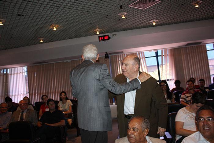Professor Eliseu Martins abraça prof. Sérgio de Iudícibus