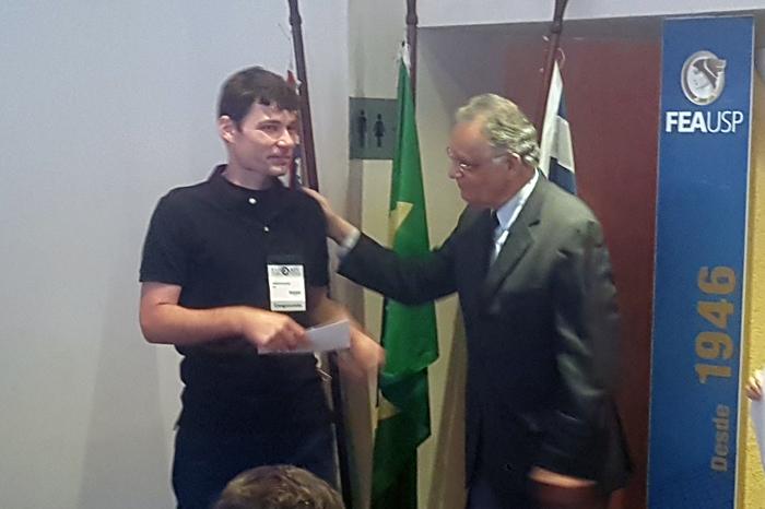 Prof. Andson Braga de Aguiar recebe o prêmio das mãos do Prof. Welington Rocha