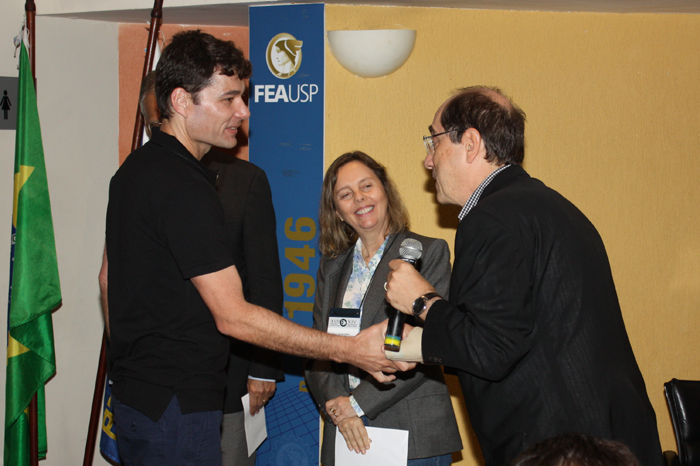 Prof. Andson Braga de Aguiar recebe os cumprimentos do Prof. Fábio Frezatti