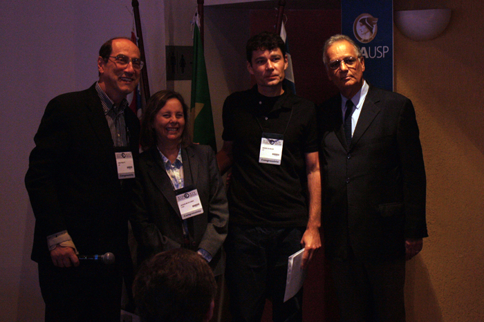 Professor Andson posa ao lado dos professores Frezatti e Welington