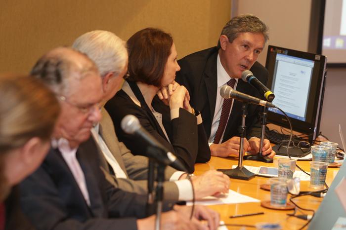 Prof. Jerônimo Antunes fala durante a apresentação