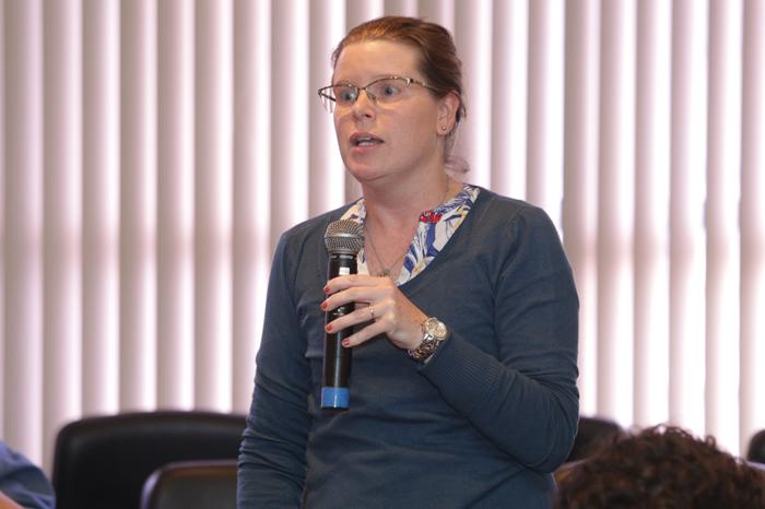 Participante indaga os palestrantes