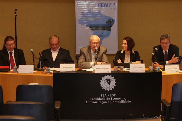 Mesa composta pelos professores Edgard Cornacchione, Nelson Carvalho, Adalberto Fischmann, Sandra Guerra e Jerônimo Antunes