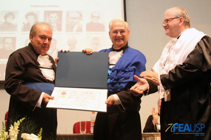 Prof. Denisard recebe placa em homenagem à sua titulação de emérito
