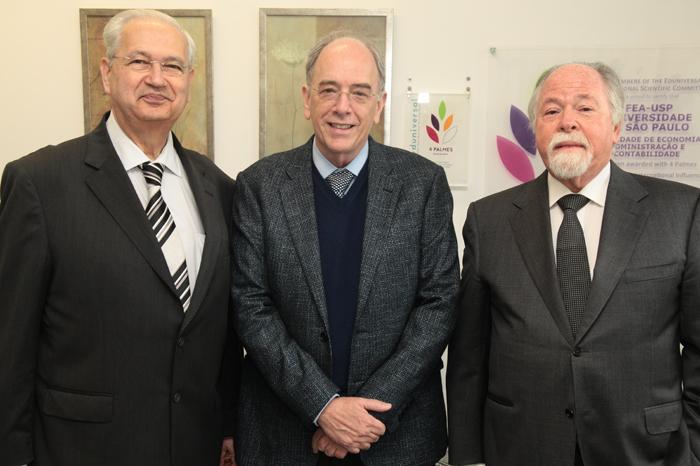 Pedro Parente no centro com o diretor da FEA, Adalberto Fischmann e o coordenador do Ciclo de Palestras, Jacques Marcovitch