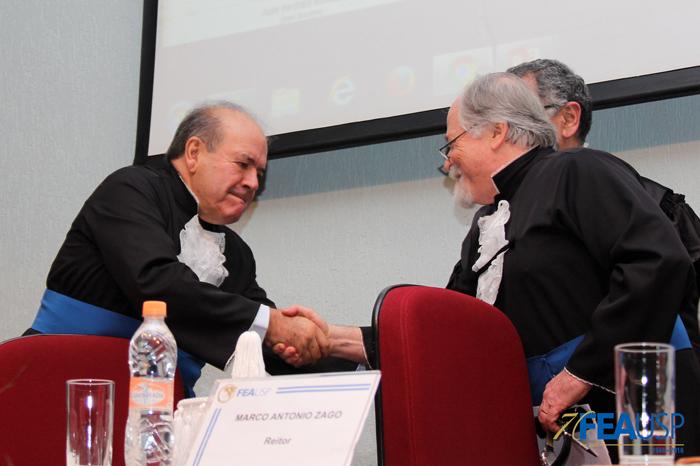 Prof. Denisard Alves recebe os cumprimentos de seus colegas