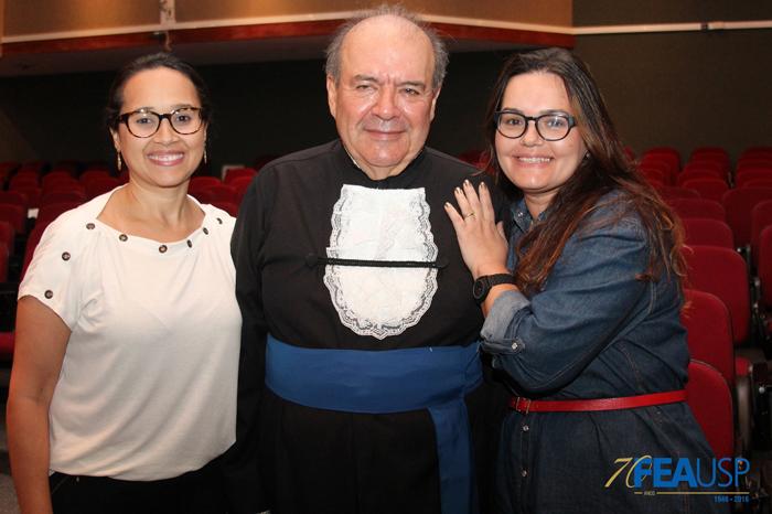 Secretária do Prof. Denisard, Renata Dias e secretária do dep. de Economia, Alda Castro, posam com o professor