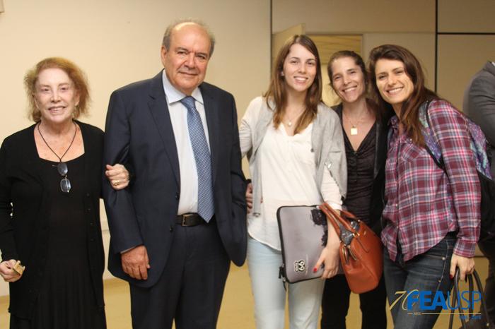 Prof. Denisard posa com convidados