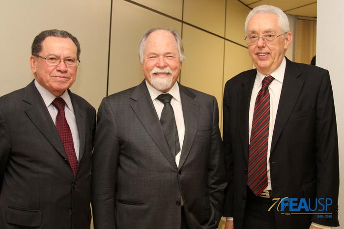Professor Almir e Professor Eliseu posam com o Prof. Jacques Marcovitch