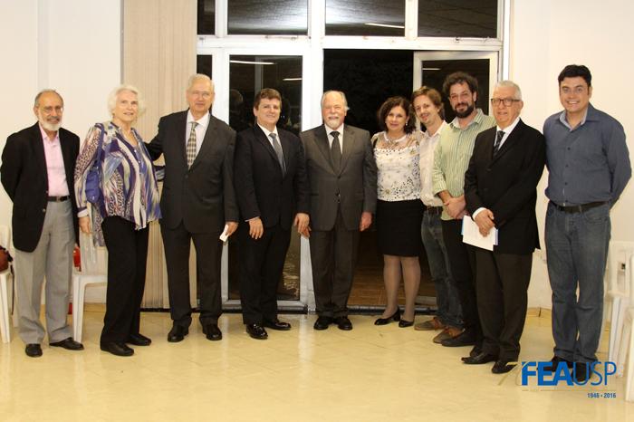 Professor Jacques posa com professores e amigos