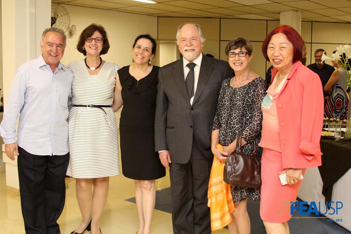 Professor Jacques posa com funcionários da FEA