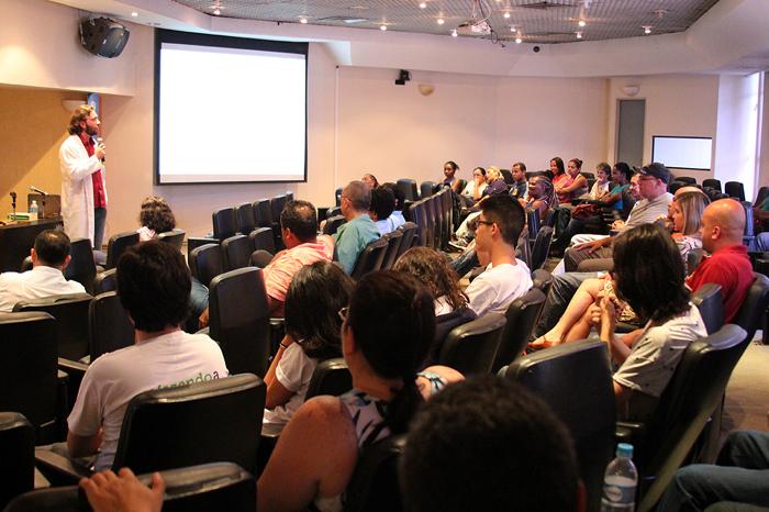 Funcionários assistem palestra durante a Sipat