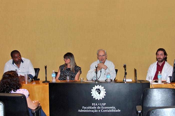 Mesa composta por Ismael do Rosário, Márcia Bispo, Adalberto Fischmann, diretor da FEA, e Fernando Lemos