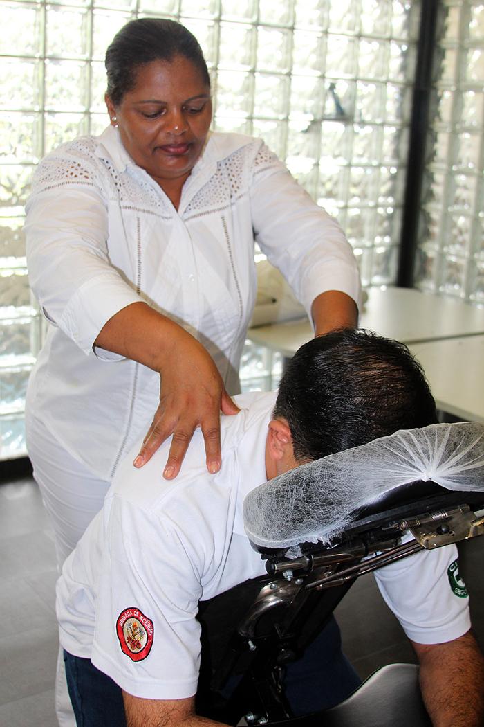 Funcionários recebem massagem durante a Sipat