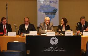 Professores Edgard Cornacchione, Nelson Carvalho, Adalberto Fischmann, Sandra Guerra e Jerônimo Antunes compõem a mesa