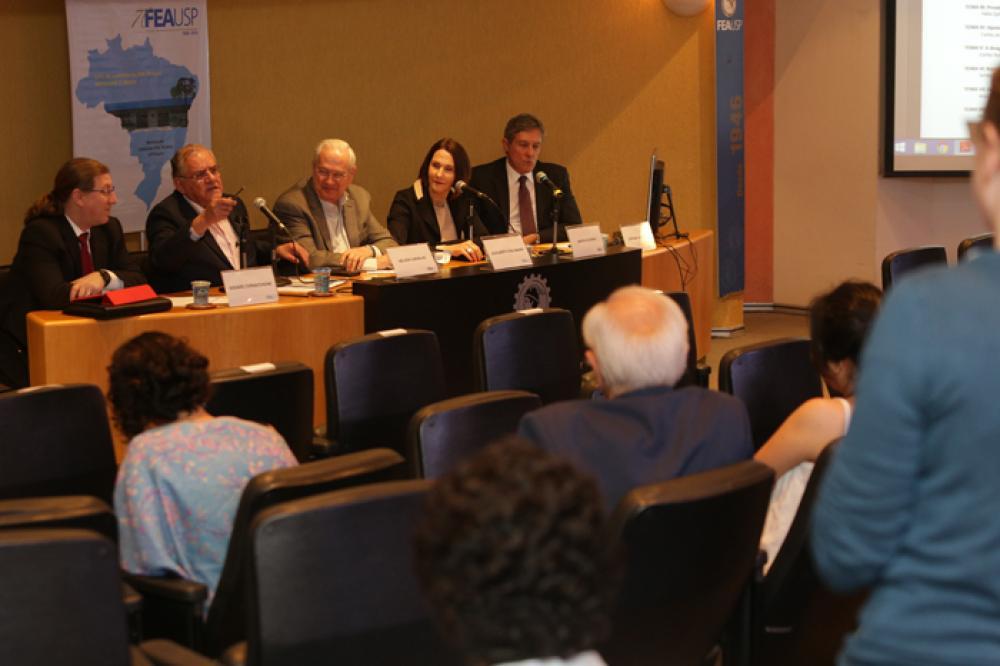 Prof. Nelson Carvalho responde à indagação da participante