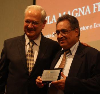 Professor Nahor Plácido Lisboa recebe prêmio das mãos do Diretor da FEA