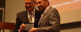 Professor Márcio Borinelli recebe prêmio das mãos do Prof. Adalberto Fischmann