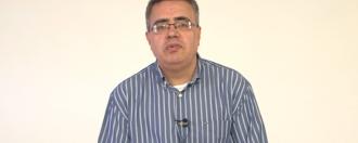 Foto de Marcelo de camisa falando sobre sua dissertação