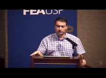 professor pedro isaias durante a palestra.