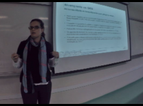 foto da professora à esquerda da tela e a lousa à direita